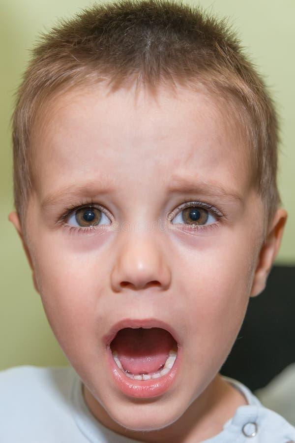 Портрет осадки и сердитого мальчика стоковое изображение rf