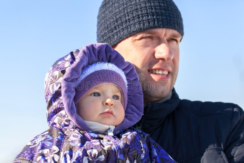 Портрет отца и дочери в одежде зимы стоковое фото