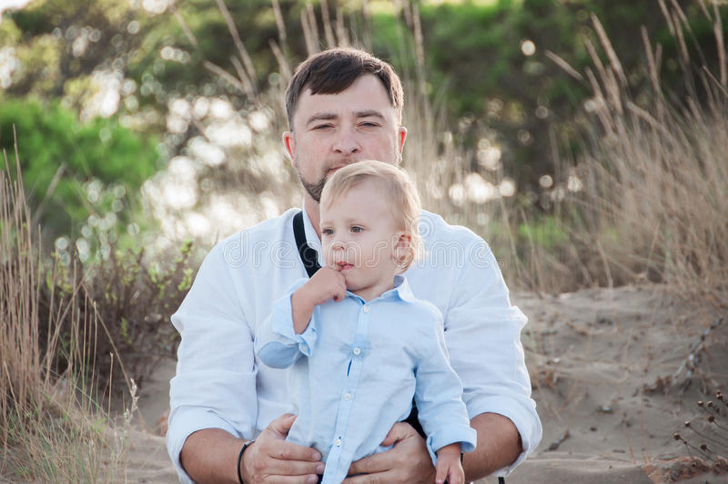 Портрет отца с его сыном в парке стоковое изображение rf