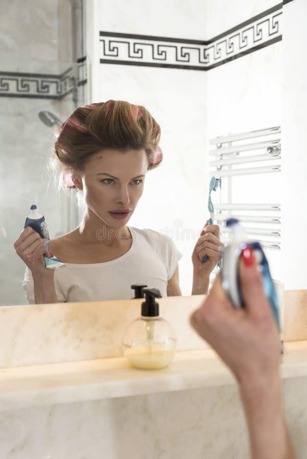 Портрет очарования молодой элегантной женщины стоковые изображения rf