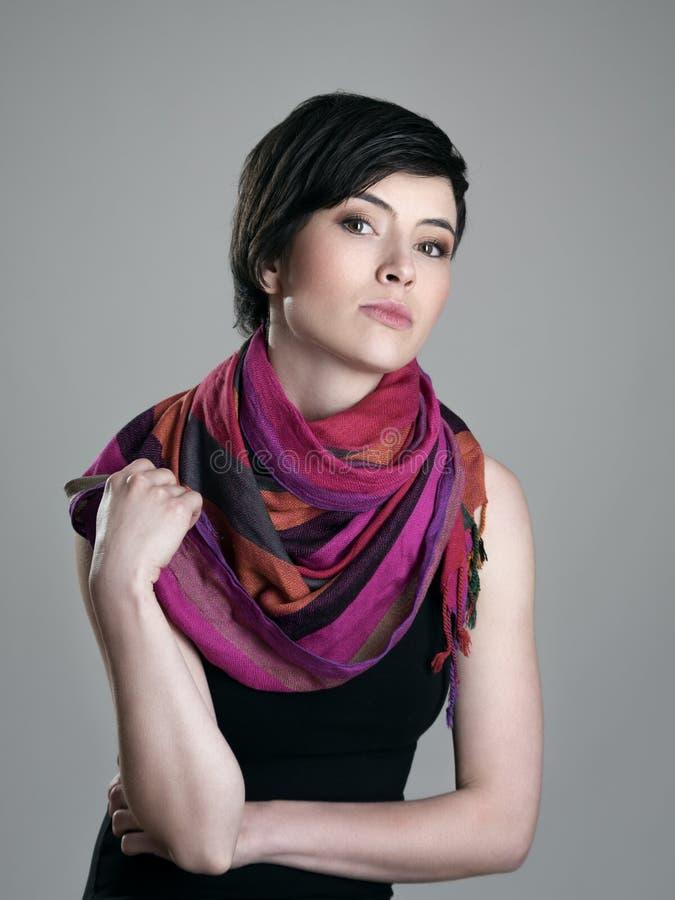 Портрет очарования модели красоты довольно коротких волос с красочным neckerchief стоковое изображение