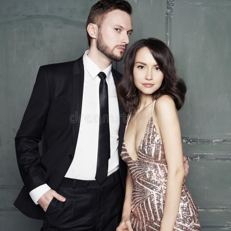 Портрет очарования сексуальных молодых любовников Модные элегантные человек и женщина стоковое фото rf