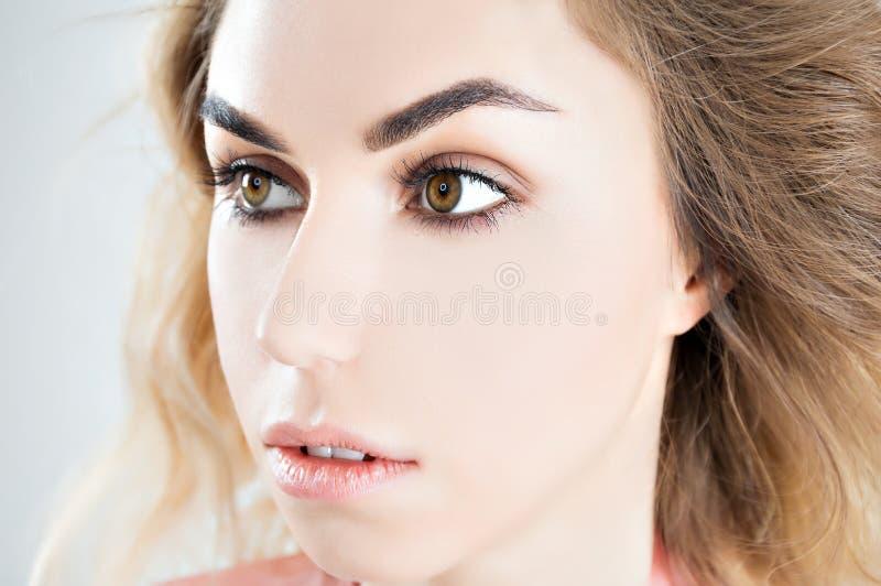Портрет очаровательной девушки с совершенно чистой кожей стоковое изображение