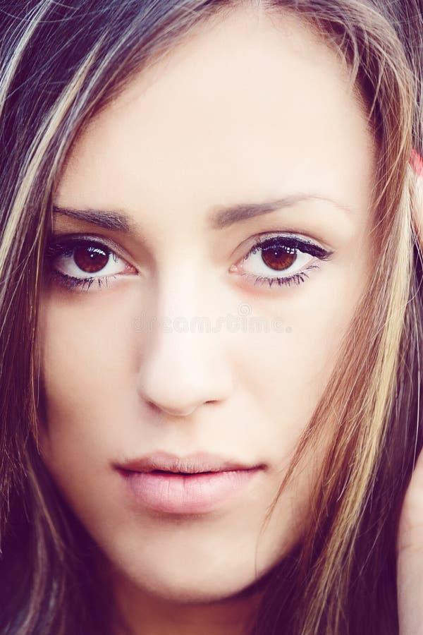 Портрет очаровательной девушки женщины дамы внешней стоковые фото