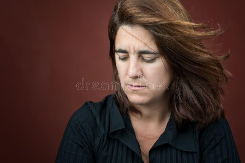 Портрет очень унылой и сиротливой испанской женщины стоковое изображение
