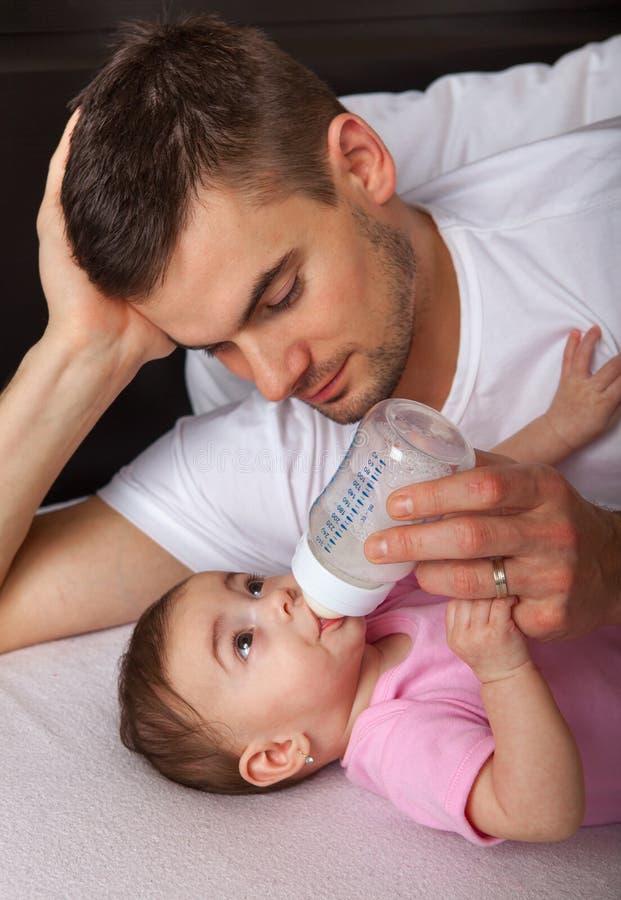 Download Портрет дочери отца подавая Стоковое Изображение - изображение насчитывающей adulteration, девушка: 33730973
