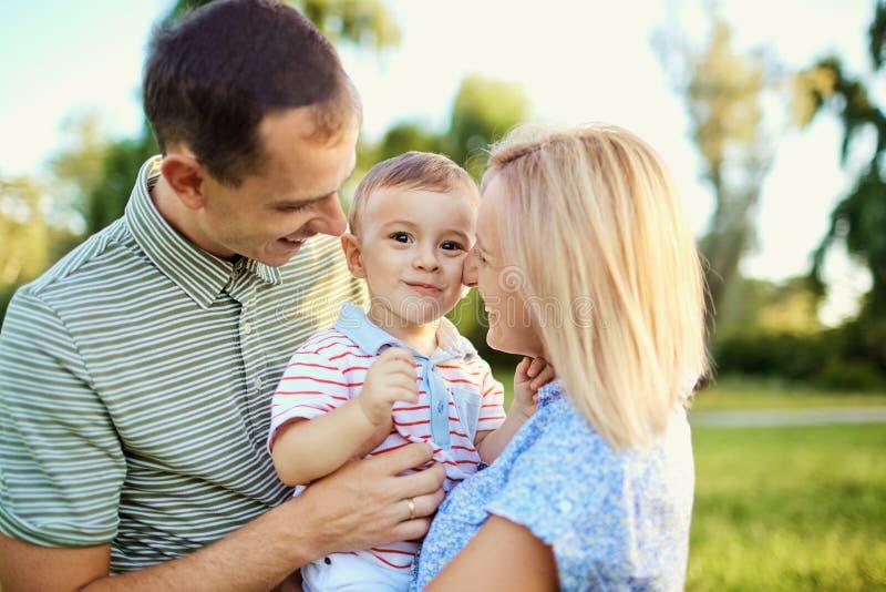 портрет парка семьи счастливый стоковое изображение