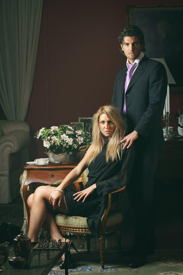 Портрет пары моды в элегантном доме стоковое изображение rf