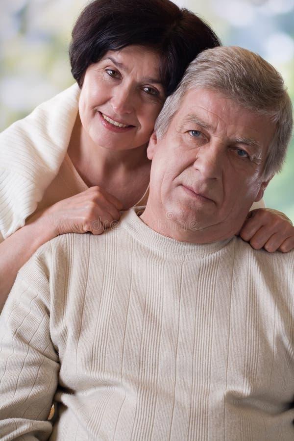 портрет пар счастливый старый напольный стоковая фотография