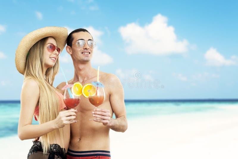 Портрет пар с коктеилями стоковое фото rf