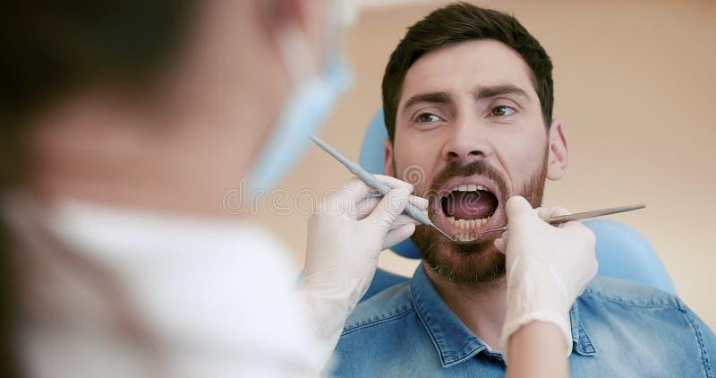 Портрет пациента в зубоврачебном стуле стоковые изображения rf