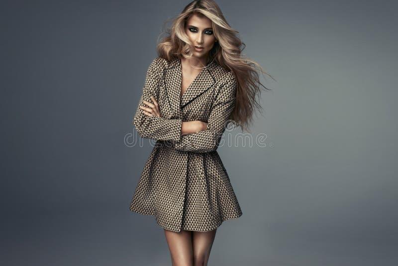 Портрет пальто красивой сексуальной девушки моды нося стоковые фото