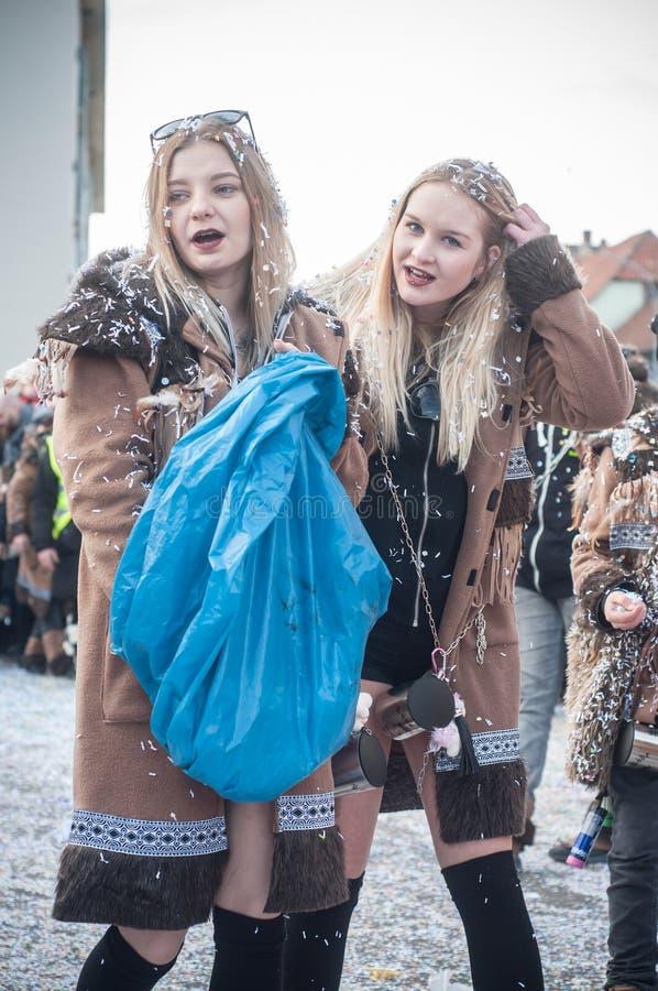 Портрет персоны девушек проходя парадом в confetti улицы бросая стоковое фото rf