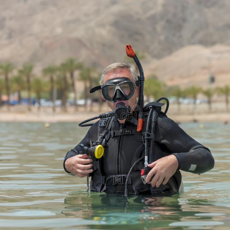 Портрет подводного водолаза в пикированиях основного оборудования перед глубоким подныриванием Уроки подводного подныривания Попу стоковая фотография
