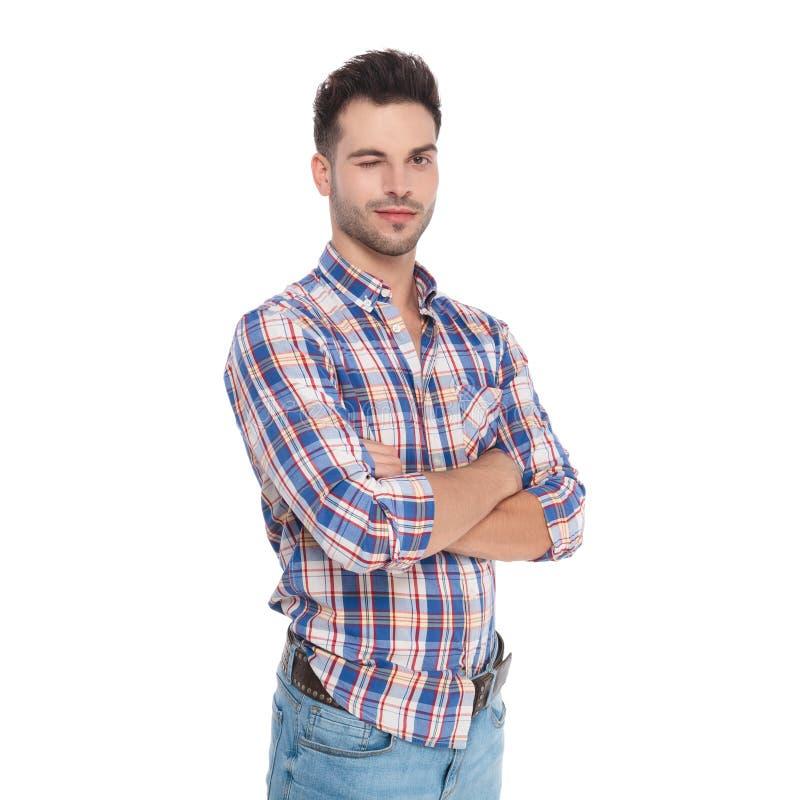 Портрет подмигивать рубашки шотландки уверенно человека нося стоковые фото