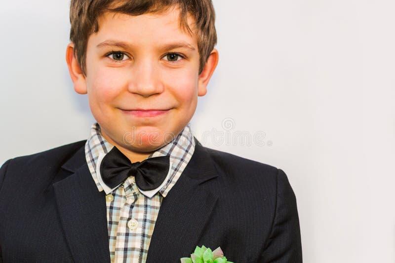 Портрет подростка в костюме с заводом в его кармане стоковые фотографии rf