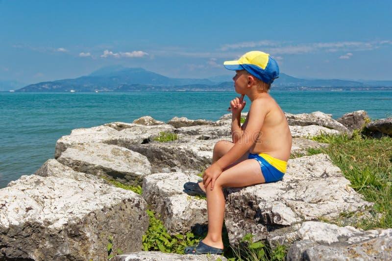 Портрет подростка в хоботах заплывания на пляже стоковое фото rf