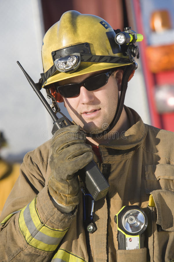 Портрет пожарного говоря на радио стоковое фото rf