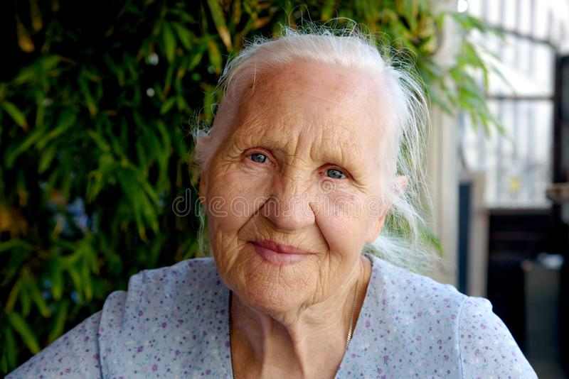 Портрет пожилой женщины снаружи стоковое изображение rf