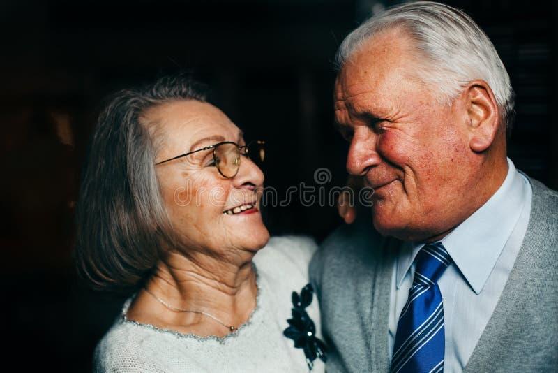 Портрет пожилой счастливый усмехаться пар стоковые изображения rf
