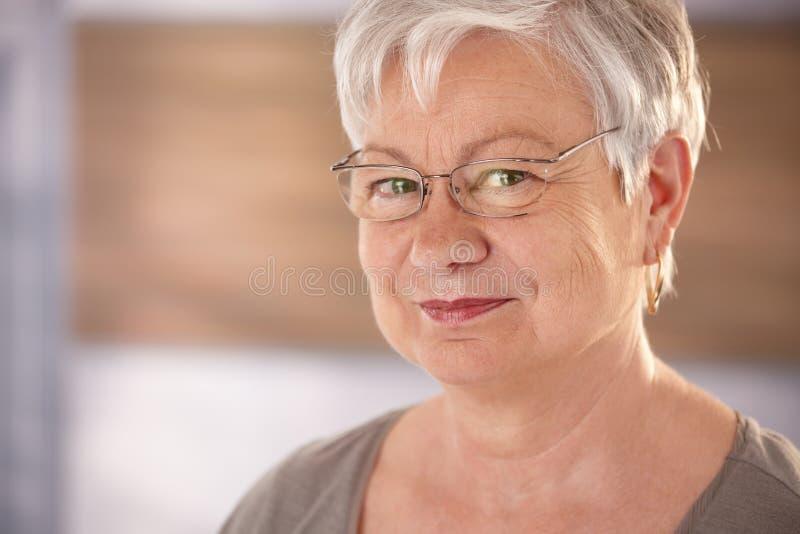 Портрет пожилой женщины с стеклами стоковое изображение