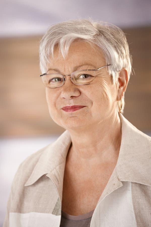 Портрет пожилой женщины с стеклами стоковые фото