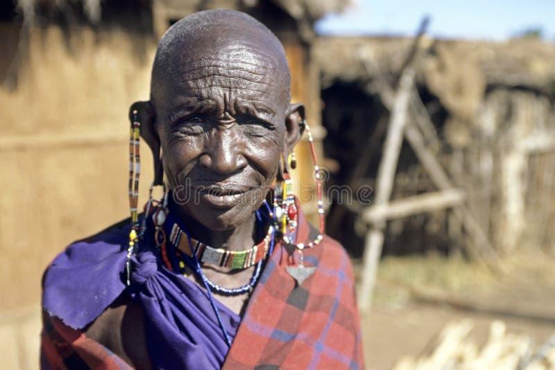 Портрет пожилой женщины Maasai стоковое изображение rf