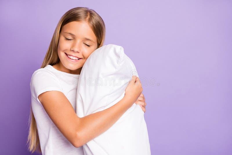 Портрет позитивных радостных детских обнимков мягкие удобные подушки сон наслаждаться выходные дни ночное время спать чувствуя со стоковые фото