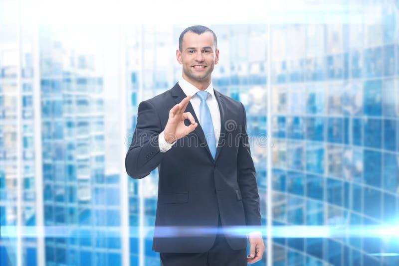 Портрет показывать бизнесмена одобренный стоковые изображения rf
