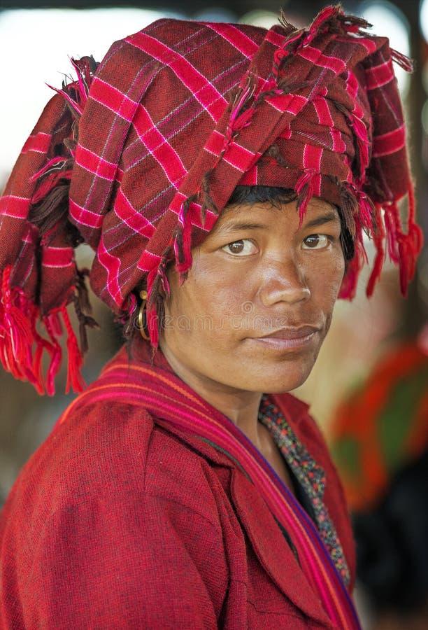 Портрет покупок в местном рынке, Inle женщины, Мьянмы стоковое фото rf