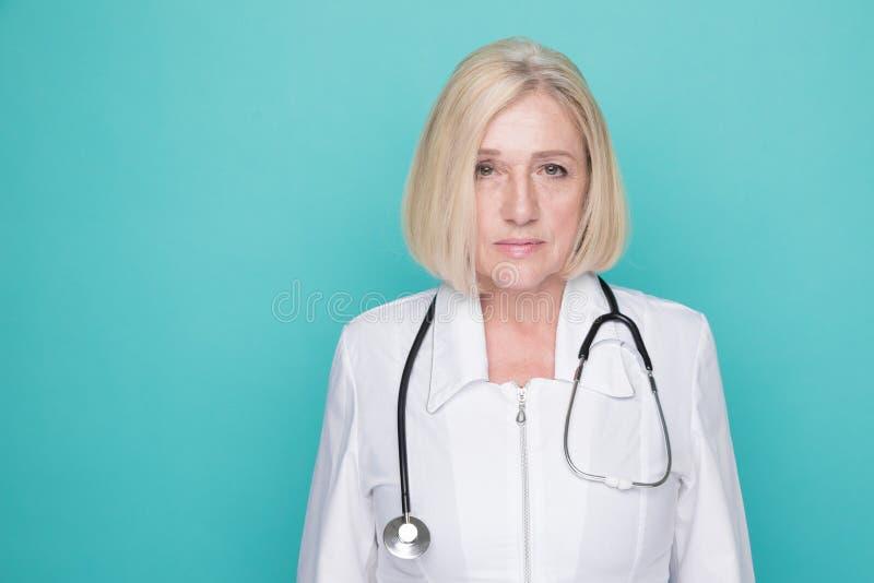 Портрет положения доктора женщины изолированный на белой предпосылке стоковое фото rf