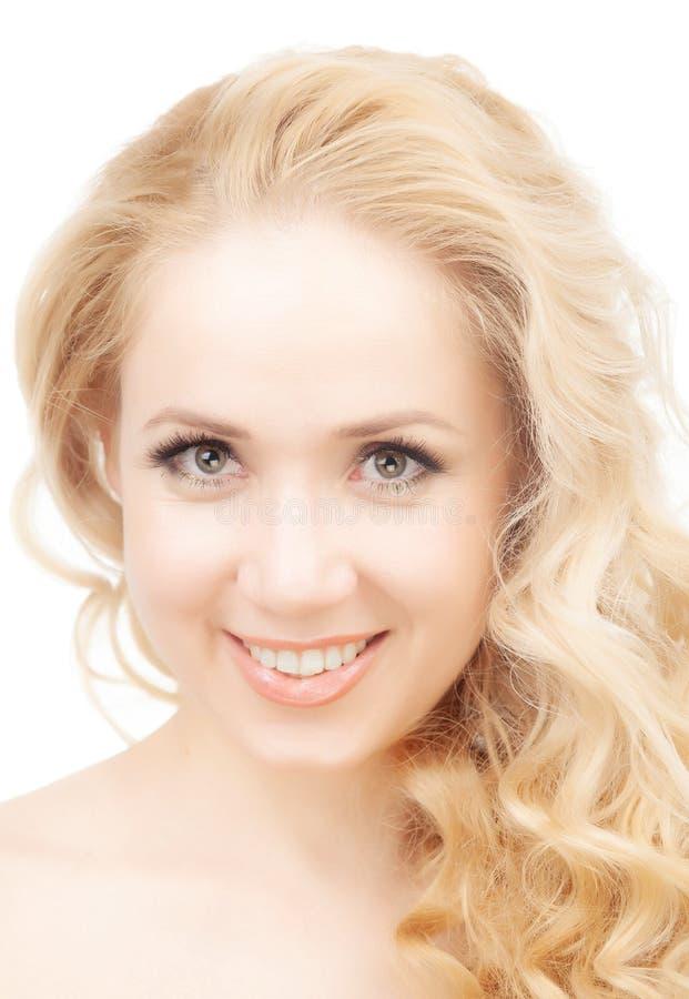 Портрет полу-нагой блондинкы на белой предпосылке стоковые фото