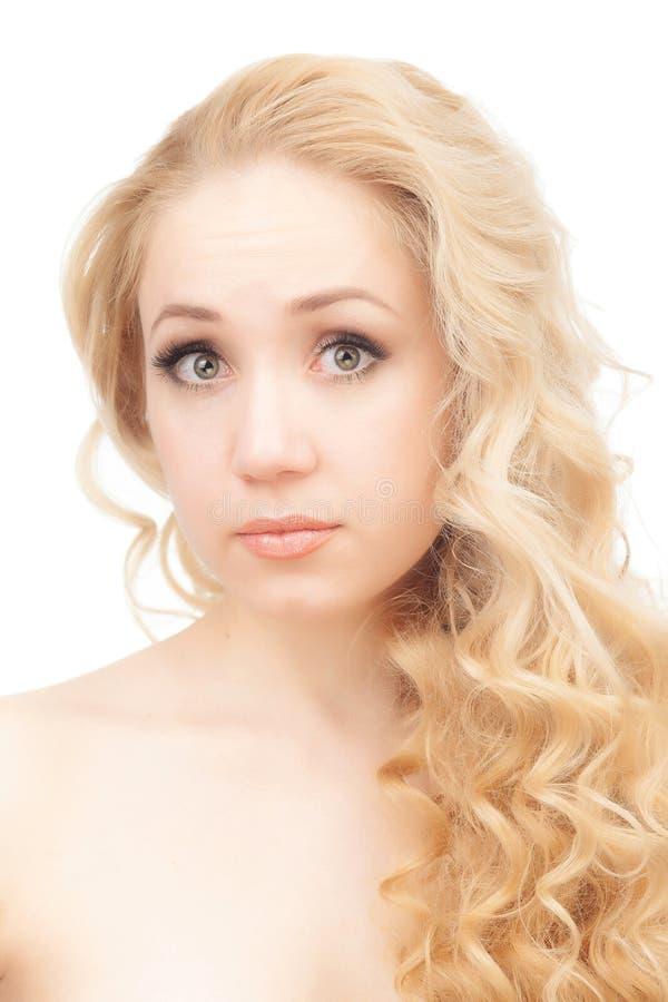 Портрет полу-нагой блондинкы на белой предпосылке стоковое изображение
