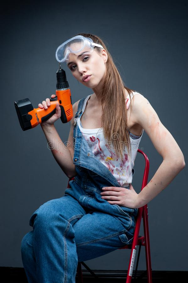 Портрет построителя женщины с сверлом стоковые фотографии rf