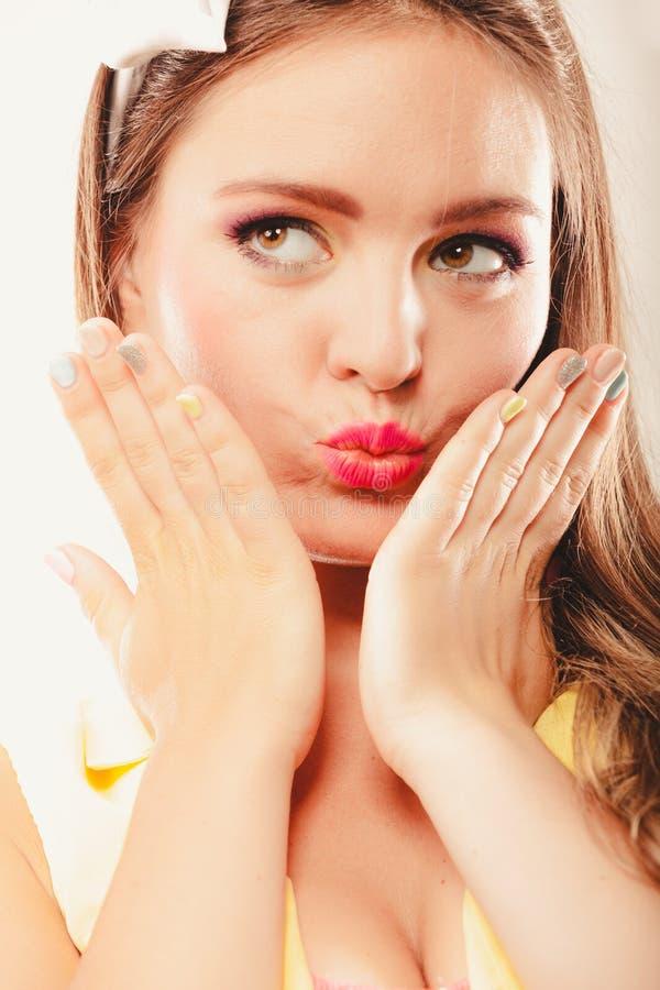 Портрет поцелуя милой женщины дуя стоковые изображения rf