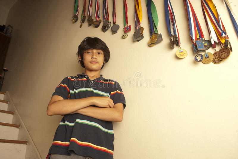 Портрет подростка стоя при пересеченные оружия стоковые фотографии rf