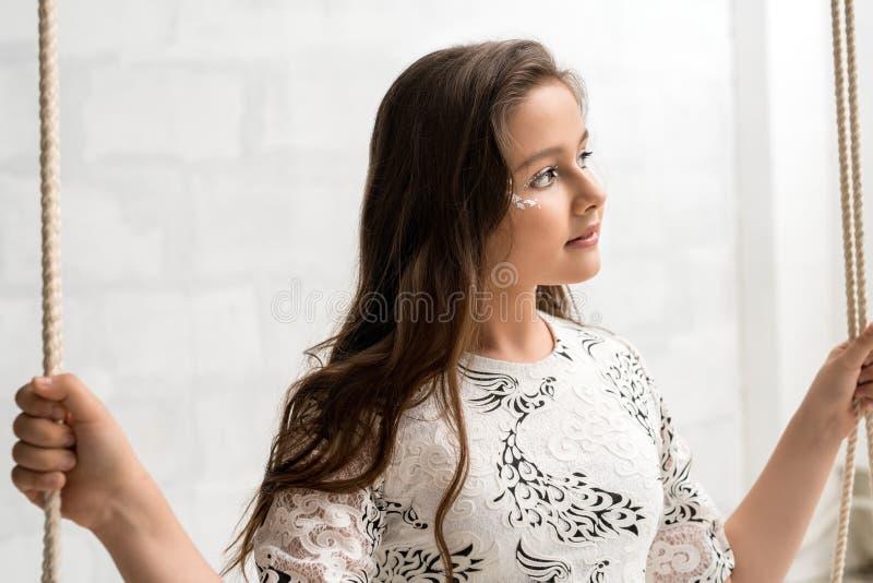 Портрет подростковой возраста девушки романтичный солнечный на качании стоковая фотография