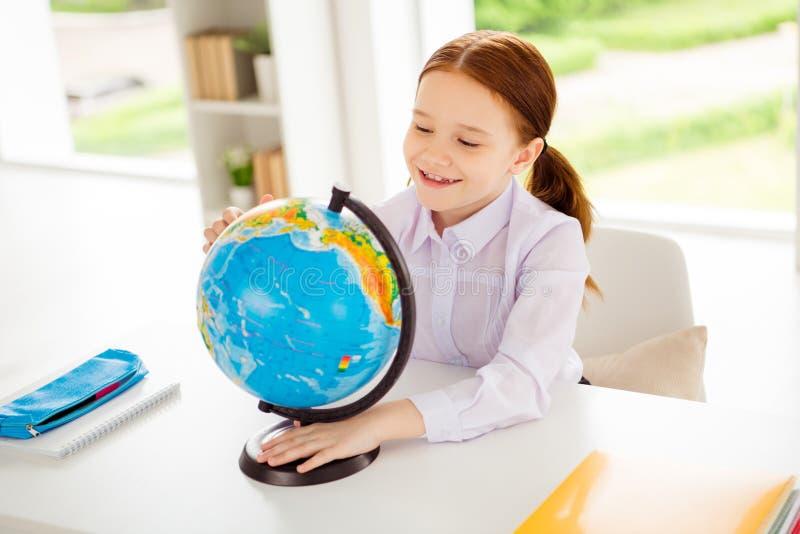 Портрет прекрасной милой очаровательной страны поиска ребенк имеет экзамен основная белая рубашка блузки выглядит умной сидит ком стоковое фото