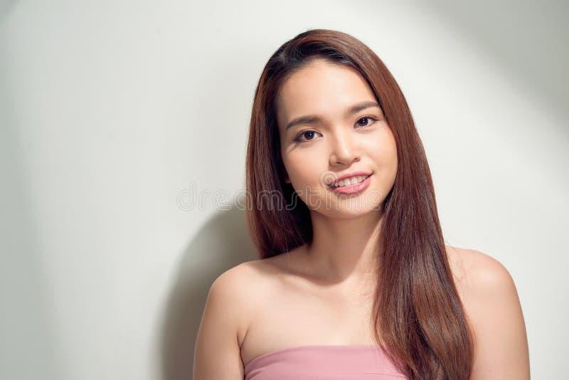 Портрет прекрасной молодой женщины в одеждах лета изолированных над белой предпосылкой стоковое фото