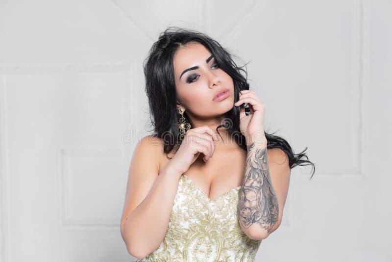 Портрет прелестного брюнета с татуировкой стоковая фотография