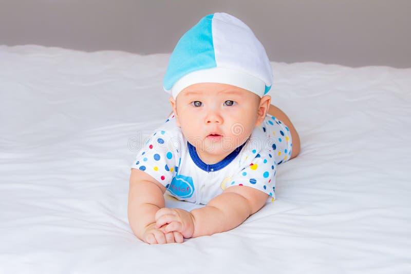 Портрет прелестного младенца на кровати в моей комнате стоковая фотография