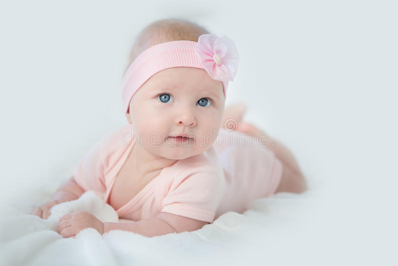 Портрет прелестного ребёнка в розовом платье стоковое фото