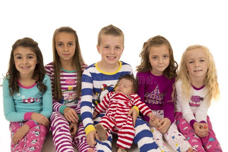 Портрет 6 прелестных детей нося пижамы зимы стоковое изображение rf