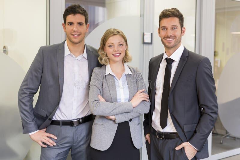 Портрет предпринимателей в офисе смотреть камеру стоковая фотография