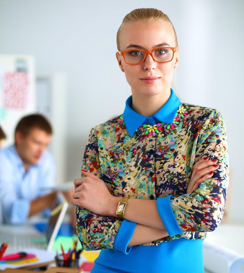 Портрет привлекательного женского дизайнера в офисе стоковое изображение rf
