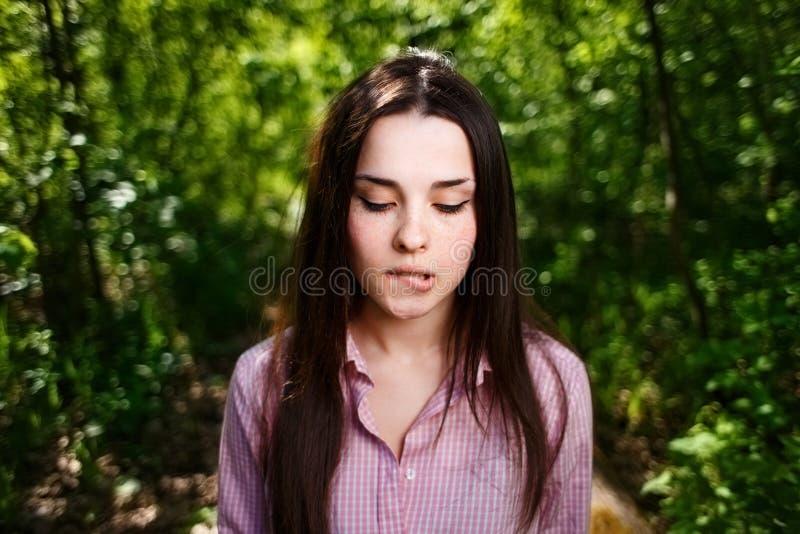 Портрет привлекательного молодого нерешительного застенчивого конца стороны женщины вверх стоковые фото