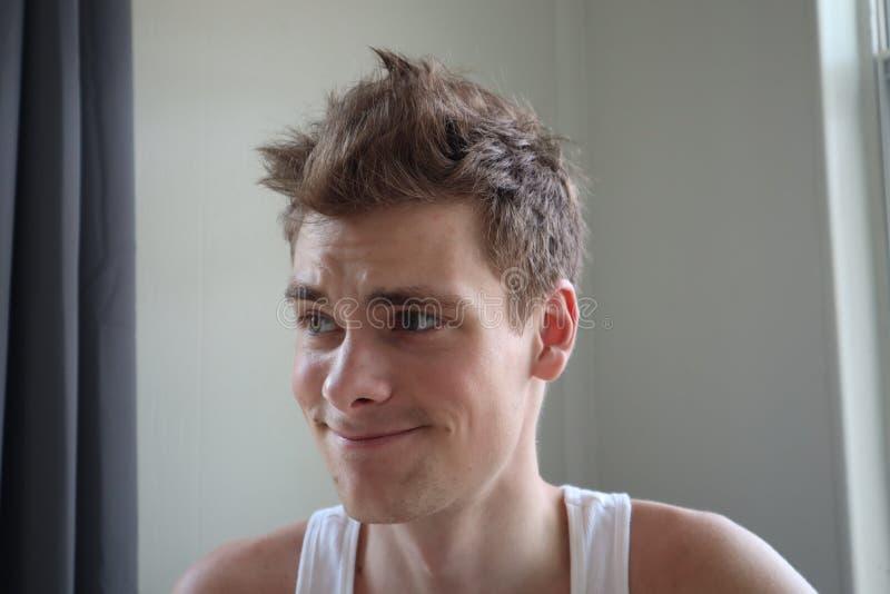 Портрет привлекательного молодого человека с удовлетворенным выражением Белая предпосылка эмоциональный портрет ясная кожа и коро стоковая фотография rf