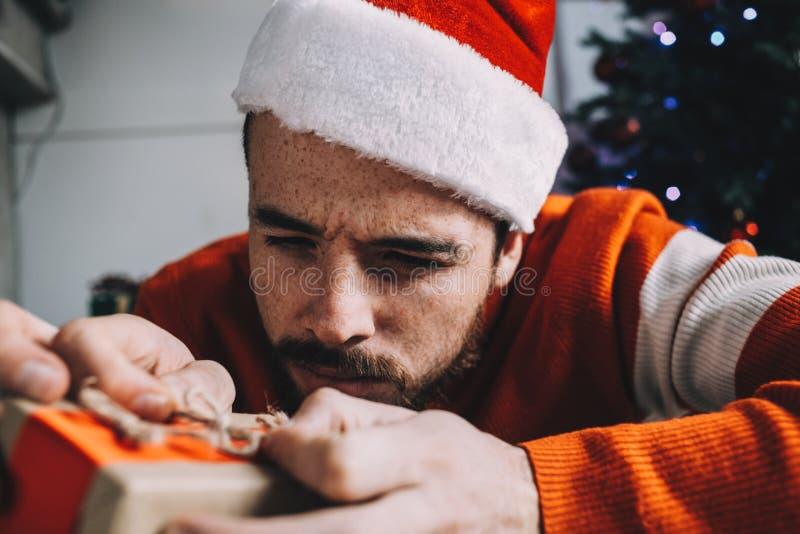 Портрет привлекательного человека перед рождеством стоковое фото rf
