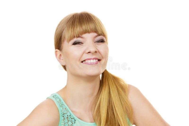 Портрет привлекательной белокурой девушки усмехаясь стоковое фото