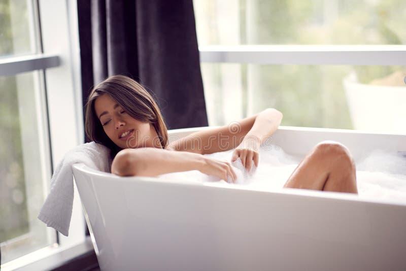 Портрет привлекательной дамы лежа в ванне стоковые изображения rf